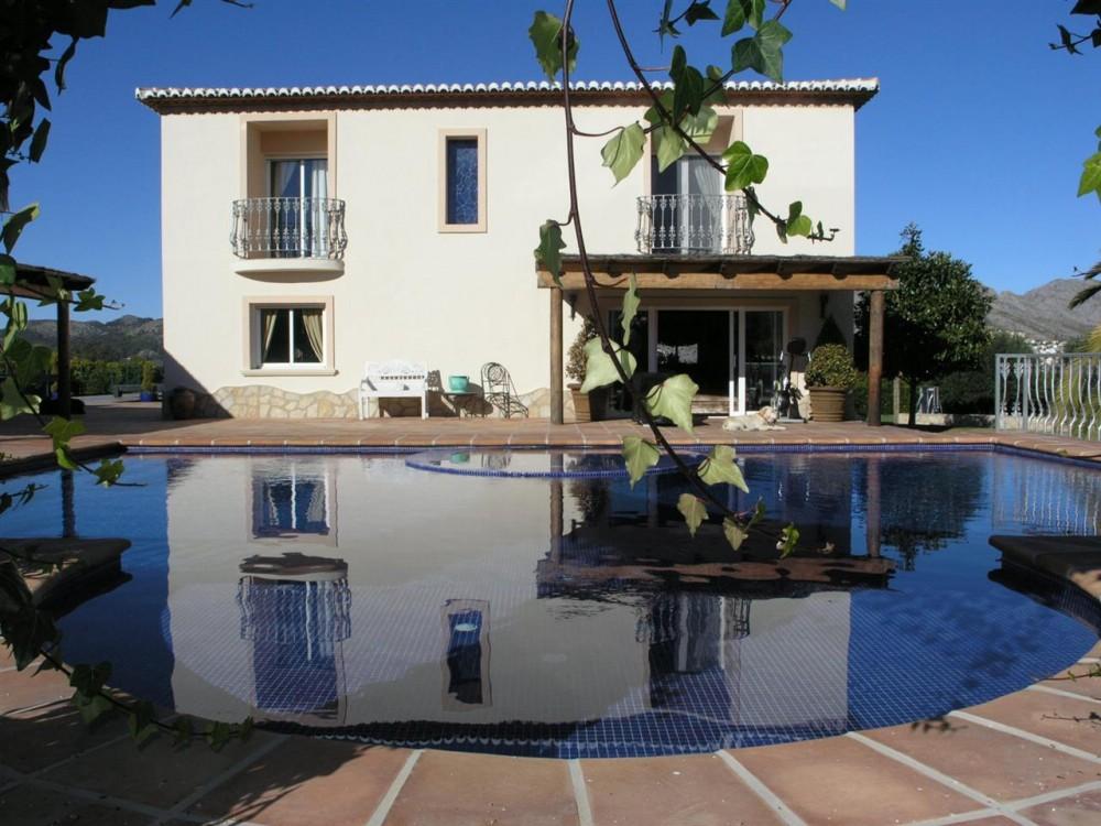 6 bed Villa For Sale in Alicante,